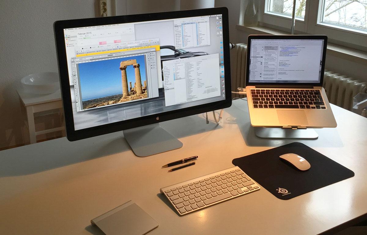 Schreibtisch mit Apple-Geräten