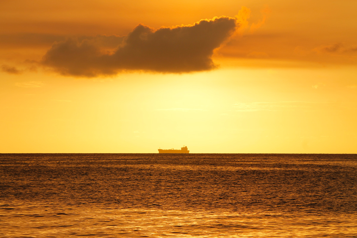 Tanker am Horizont in Curacao